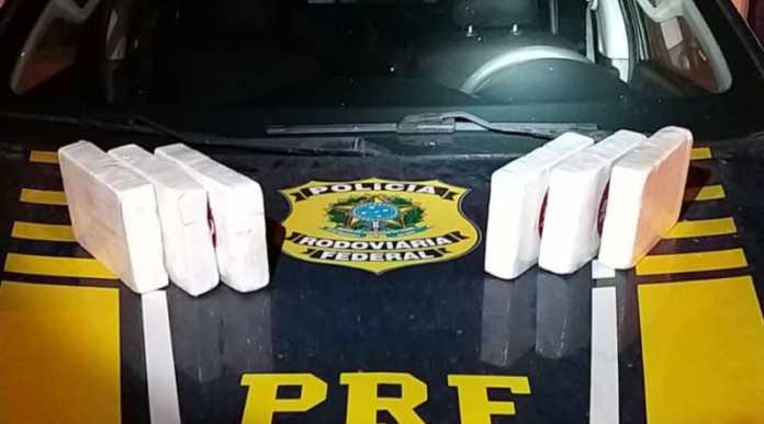 Vendedor é preso após ser flagrado transportando cocaína em um carro clonado