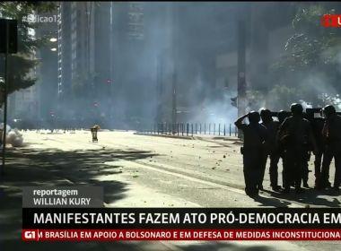 Ato pró-democracia em SP tem confusão e confronto entre manifestantes e PMs