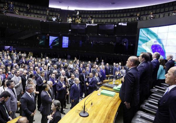 Com 402 deputados favoráveis, adiamento das eleições passa em primeiro turno